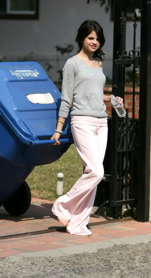 Selena-Gomezs-Feet-12860499e1a444787c1.jpg