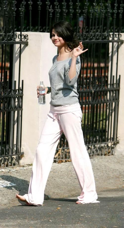 Selena-Gomezs-Feet-1296816cecaa436e05c.jpg