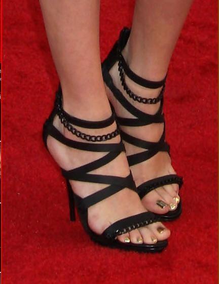 Selena-Gomezs-Feet-137caa144539116b97f.jpg
