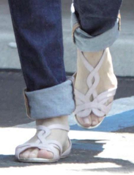 Selena-Gomezs-Feet-141dcba975fbf57726b.jpg