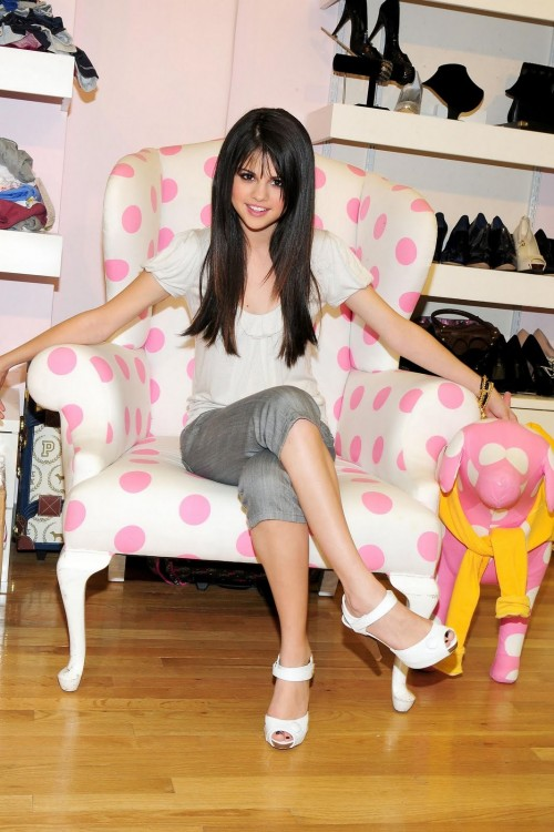 Selena-Gomezs-Feet-142d869654d1cd211c4.jpg