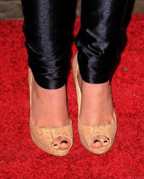 Shenae-Grimes-Feet-7a4d696ddf3c45efa.jpg