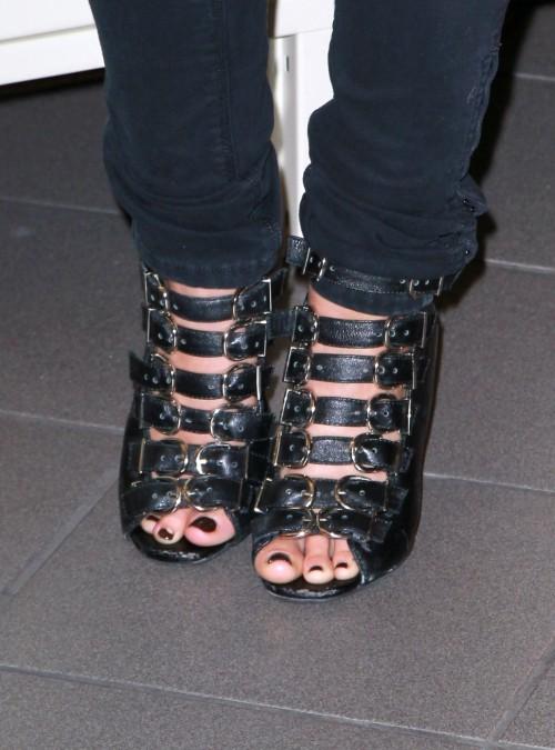 Shenae-Grimes-Feet-94229ebc4f19a38f4.jpg