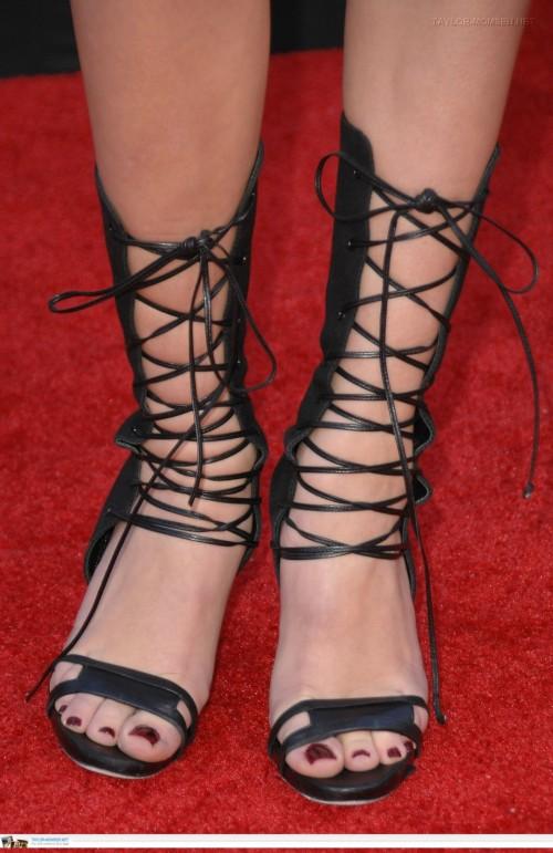 Taylor-Momsen-Feet-56348dd76f96b1c73.jpg