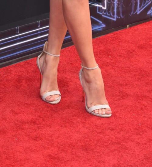 Taylor-Swift-Feet-18b9f86a97aa41b7ca.jpg