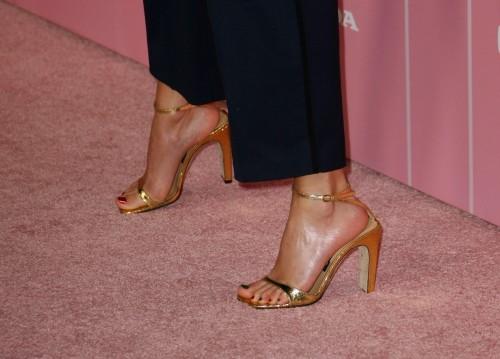 Taylor-Swift-Feet-25bddd358507aba92.jpg