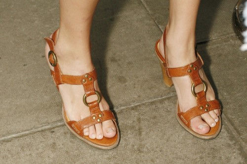 Taylor-Swift-Feet-4bcf3d329e4015f72.jpg