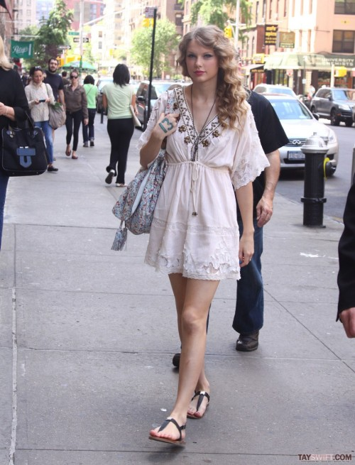 Taylor-Swift-Feet-5ea6c033c938a0cac.jpg