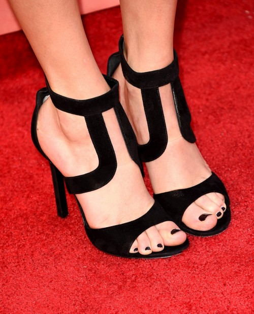 Taylor-Swift-Toes-130cfc4c6e734ced18.jpg
