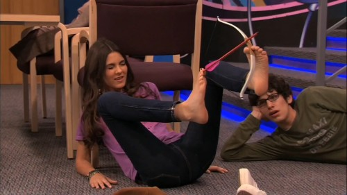 Victoria-Justice-Barefoot-1d53eb62ac68a7173.jpg