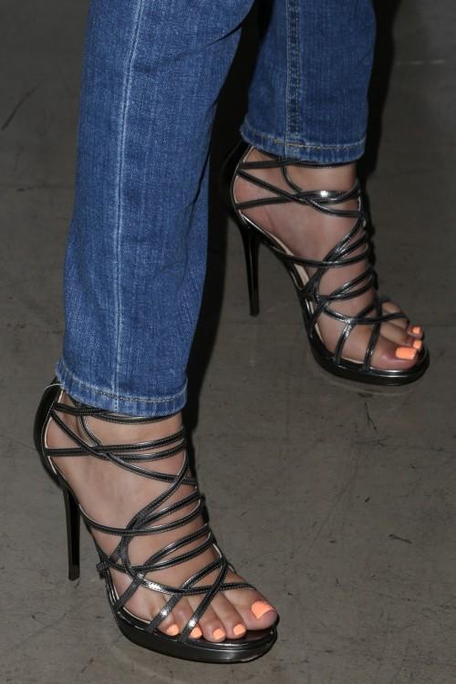 Victoria-Justice-Toes-4f5a01ebdae633db7.jpg