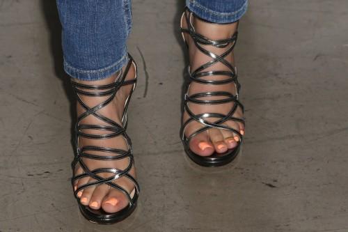 Victoria-Justice-Toes-5fd9040fa6f1b5bb3.jpg