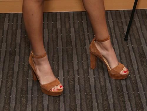 Victoria-Justice-Toes-71f63a1b9fa90e833.jpg